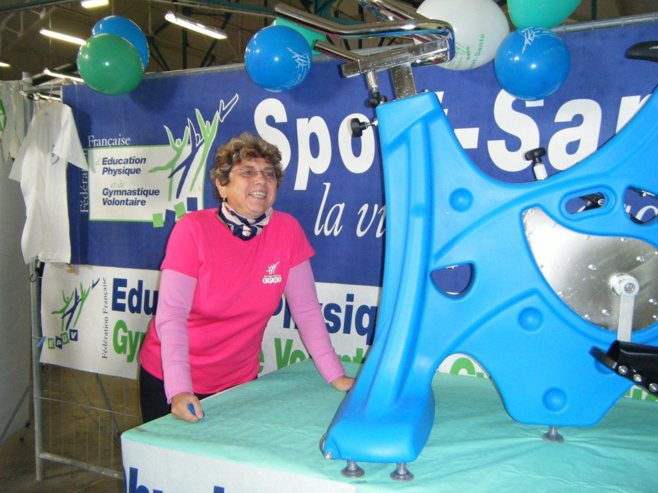 Marie-France prend la pose à côté d'un vélo aquatique