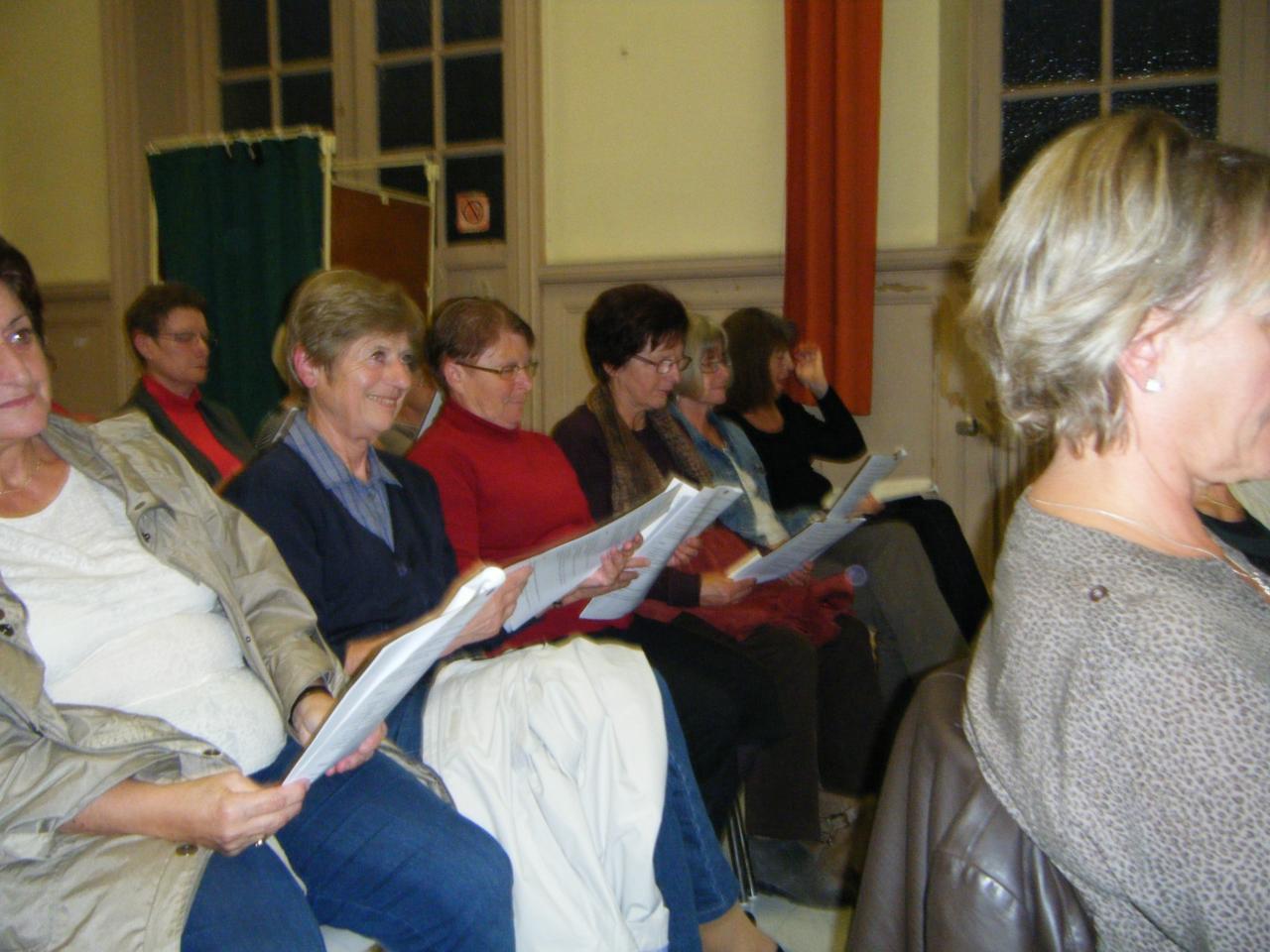 Audience attentive à la lecture des statuts